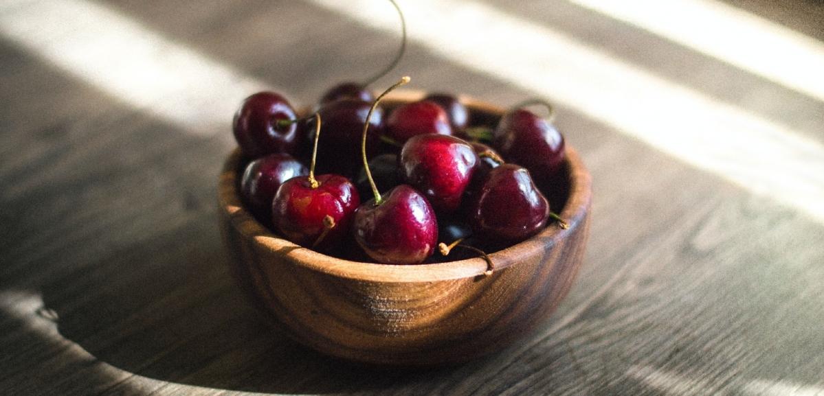 ¿Para qué sirve la mejora varietal en frutas de hueso?